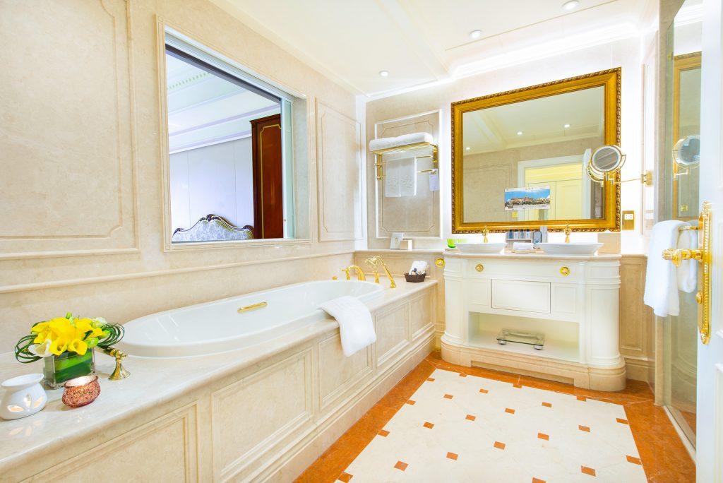 813-Deluxe-Room_bathroom